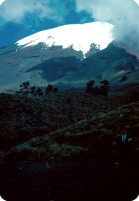 Hombre en un camino, al fondo el Popocatepetl