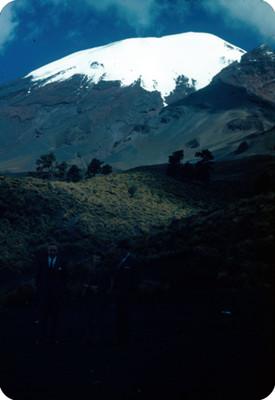 Hombres junto a mujer, al fondo el Popocatepetl