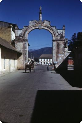 Gente deambula junto al Arco de San Sebastián de Aparicio