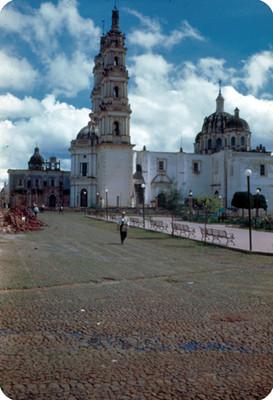 Iglesia junto a plaza publica