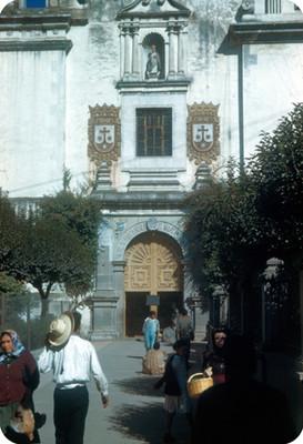 Gente deambula en la entrada al Templo del Carmen
