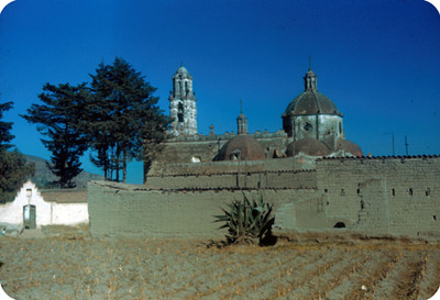 Arquitectura religiosa, vista desde un campo de cultivo