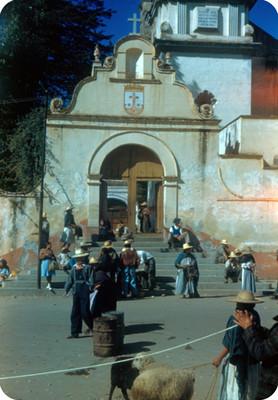 Gente deambula frente al Templo del Carmen, lado sur