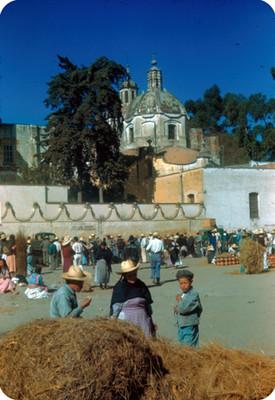 Gente durante tianguis afuera del Templo del Carmen, lado sur