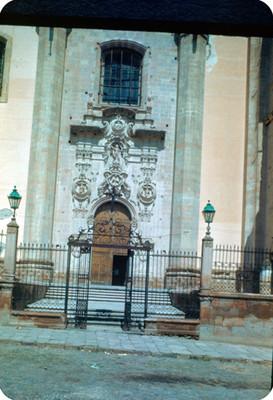 Acceso a la Parroquia de La Asuncion, lado norte
