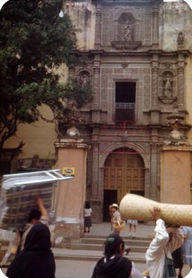 Gente deambula frente a catedral, lado oeste
