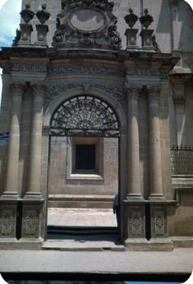Catedral, entrada ubicada en la Calle alvaro Obregon