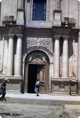 Gente deambula frente al Sagrario de San Sebastián