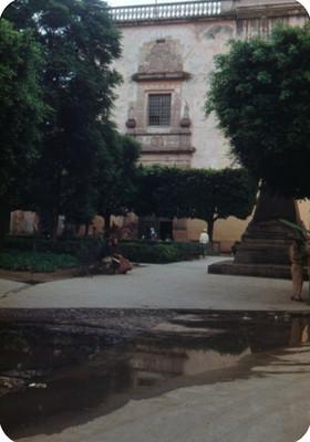 Arquitectura religiosa, vista desde una plaza