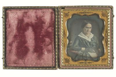 Mujer con cabello recogido, vestido y guantes calados mira hacia la derecha, retrato