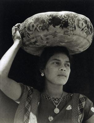 Tehuana con jícara