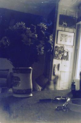 Florero junto a ventana