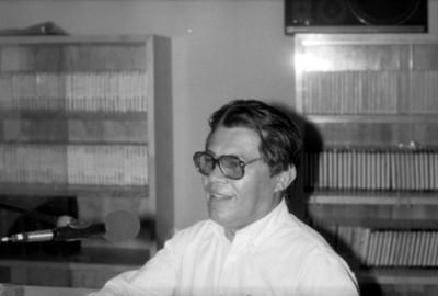 Hombre durante una entrevista radiófonica