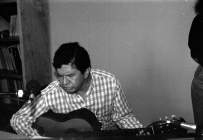 Hombre con guitarra en la cabina de audio