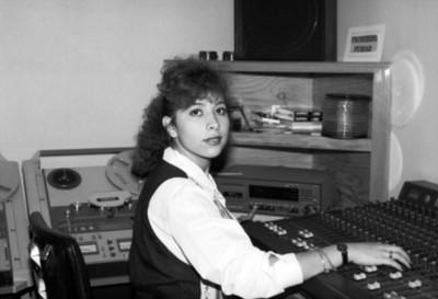 Mujer maneja una consola de radio