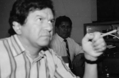 Hombres en cabina de Dirección de Medios de Comunicación