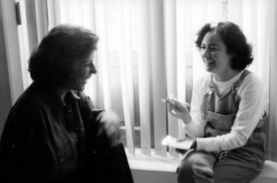 Mujeres conversan en una oficina de la Dirección de Medios de Comunicación