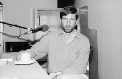 Hombre durante una entrevista radiofónica