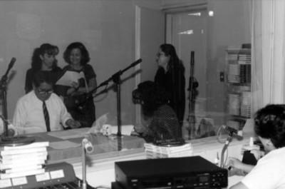 Personal graba en cabina de la Dirección de Medios de Comunicación