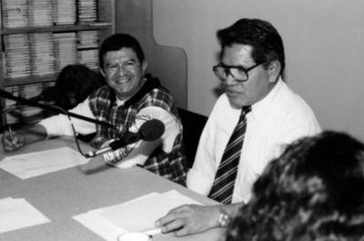 Trabajadores de la Dirección de Medios de Comunicación durante una entrevista