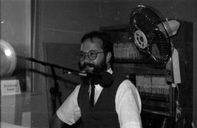 Hombre en entrevista radiofónica