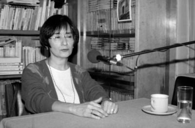 Mujer en entrevista radiofónica