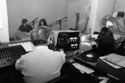 Personal de la Dirección de Medios de Comunicación trabaja en una cabina