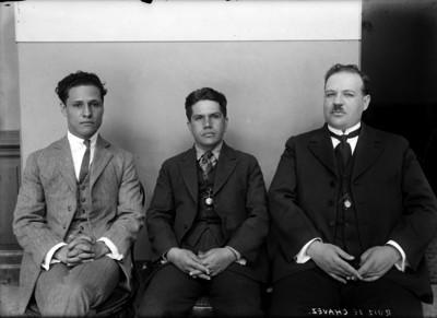 Jesús Ruiz de Chávez acompañado por dos abogados, en el interior de un edificio, retrato