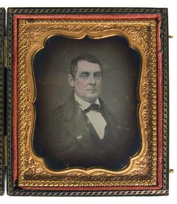 Hombre porta traje y corbata en moño, retrato