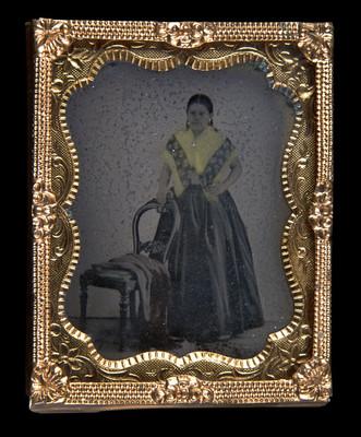 Mujer con chalina sostenida de una silla, retrato