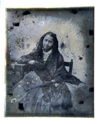 Mujer recarga sobre una mesa, retrato