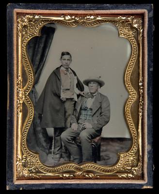 Hombre y adolescente en un estudio fotográfico, retrato
