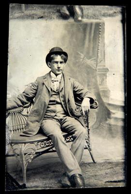 Hombre viste traje y sombrero, retrato