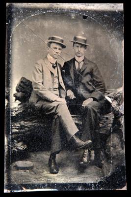 Hombres sentados en un tronco