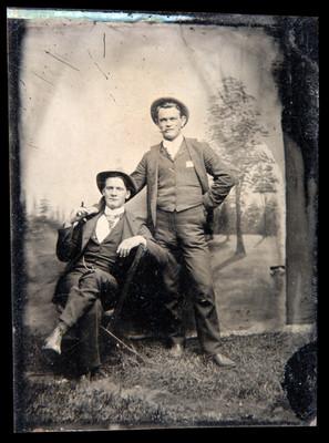 Hombres en un estudio con paisaje al fondo, retrato