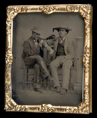 Hombres con trajes de chinacos, en un estudio fotográfico, retrato