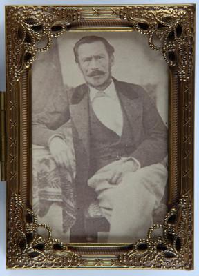 Hombre con brazo sobre una mesa, retrato