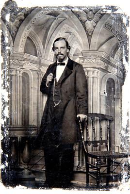Hombre recargado en el respaldo de una silla, retrato