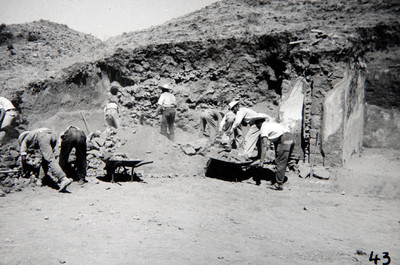 Trabajadoares realizan la excavación de un edificio prehispánico