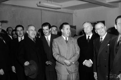 Antonio Ruiz Galindo, Secretario de Economia reunido con varios hombres, en una oficina