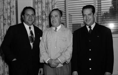 Antonio Ruiz Galindo acompañado por dos hombres, en una oficina, retrato