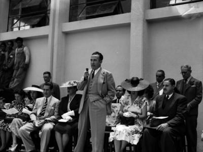 Antonio Ruiz Galindo acompañado por varias personalidades, dirige unas palabras, durante una ceremonia en los patios de un edificio