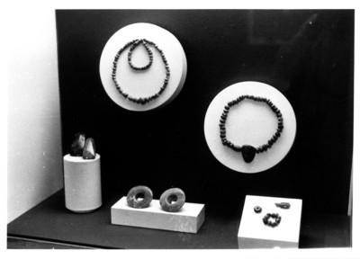 Vitrina con accesorios ornamentales prehispánicos, collares y orejeras