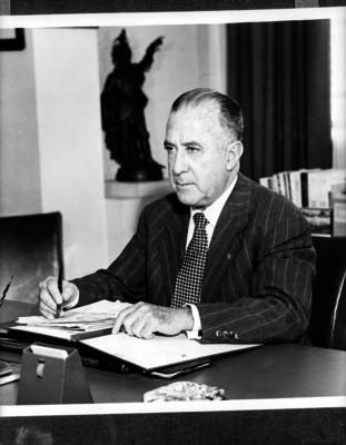 Antonio Ruiz Galindo, Secretario de Economia, sentado tras el escritorio de su oficina