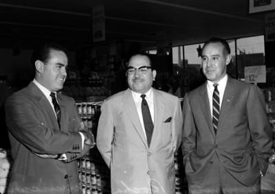 Antonio Ruiz Galindo con dos hombre, en el interior de un supermercado, retrato