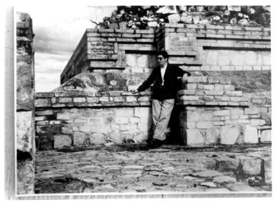 Alfonso Soto Soria durante su trabajo de campo en Monte Albán