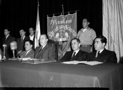 Antonio Ruiz Galindo durante una ceremonia acompañado de hombres