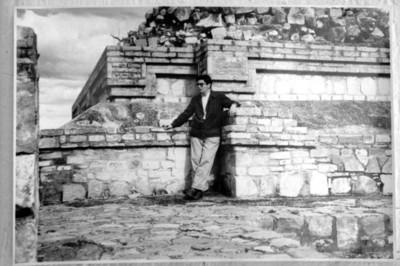 Alfonso Soto Soria durante su trabajo de campo en Monte Albán, reprografía