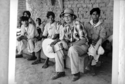 Alfonso Soto Soria con un grupo de coras, reprografía