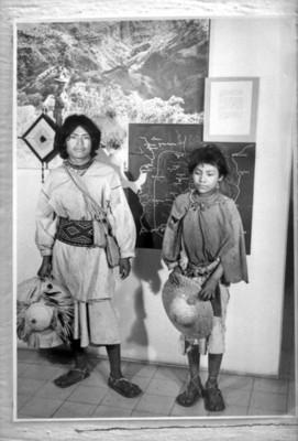 Hombre y niño en la exposición itinerante huichol